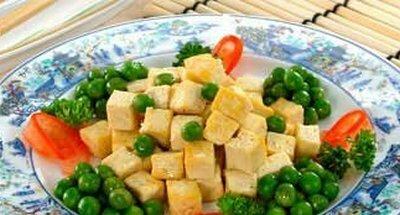 Жареный соевый сыр с зеленым горошком