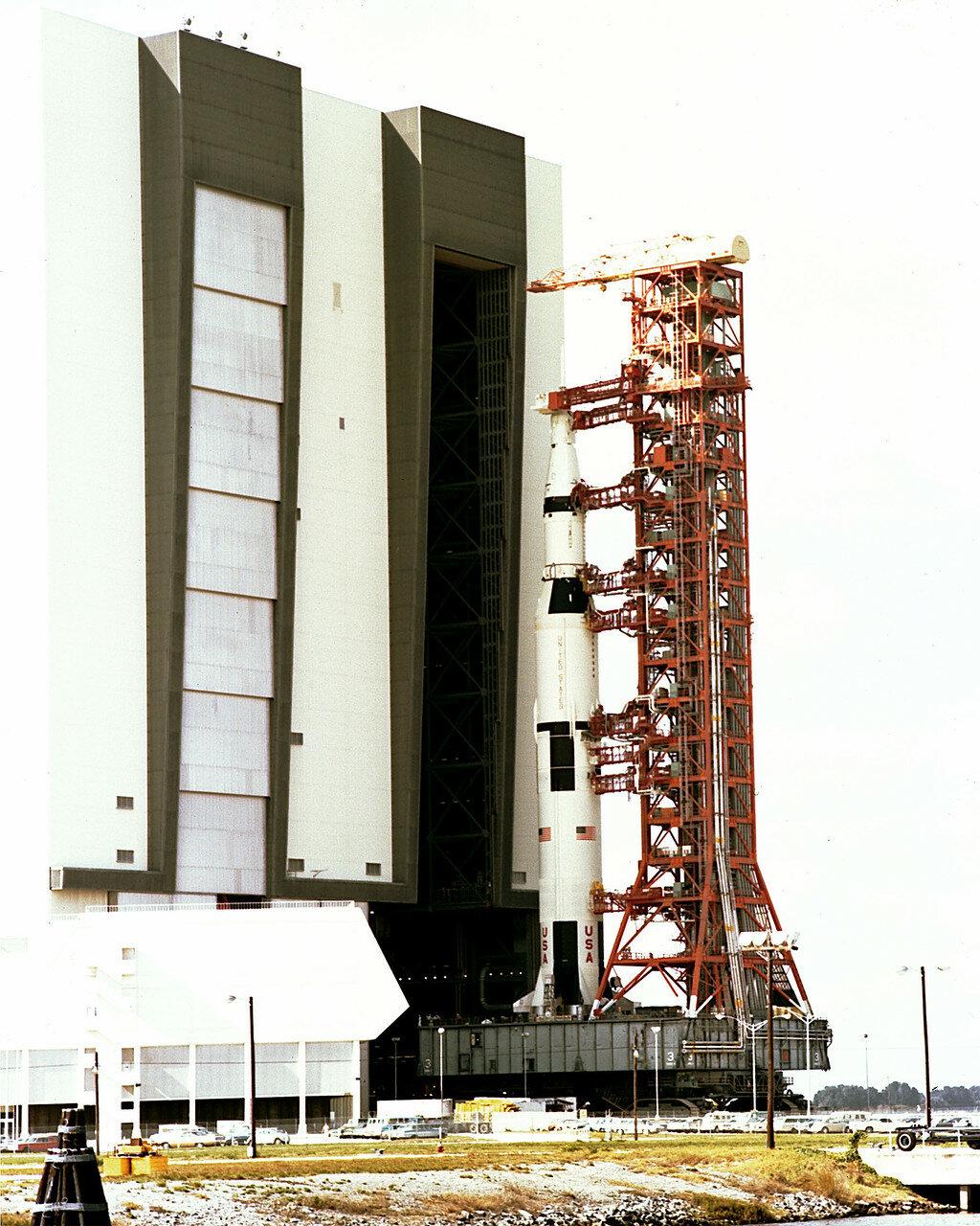 Командно-служебный модуль был демонтирован и после всех замен снова водружён на своё место на вершине ракеты. 9 февраля «Аполлон-16» был окончательно установлен на стартовом столе. Следующее после 17 марта «окно» для запуска открывалось 16 апреля