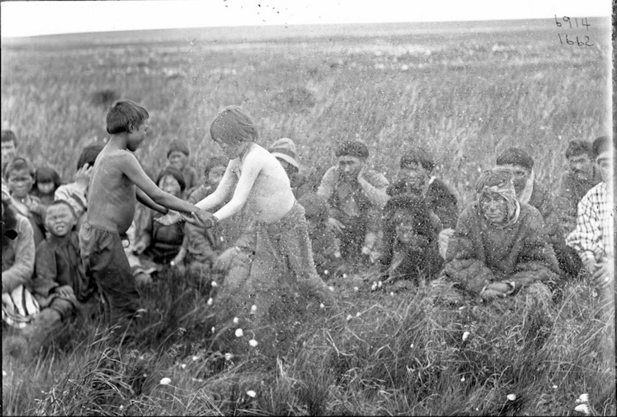 Коряки и тунгусы смотрят за борьбой мальчиков, 1901