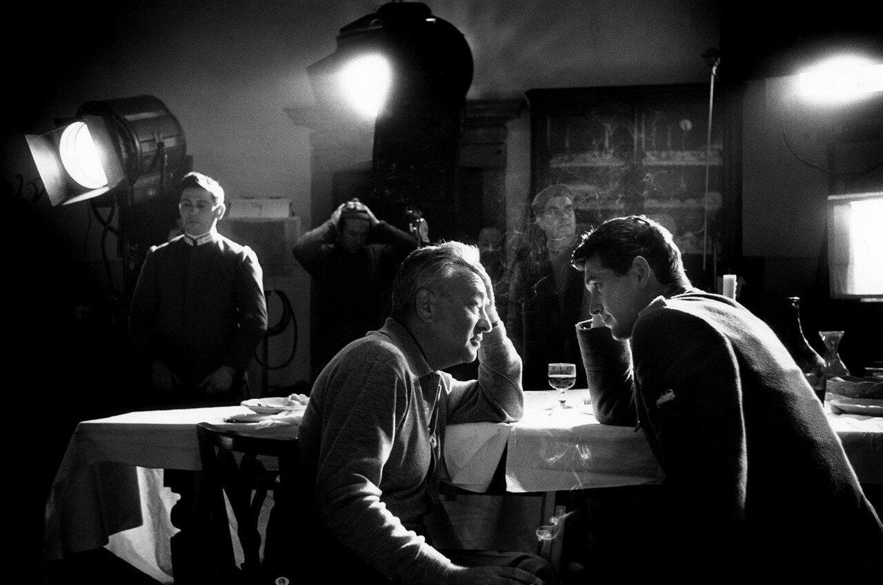 1957. Режиссер Чарльз Видор совещается с Роком Хадсоном на съемках фильма «Прощай, оружие!»