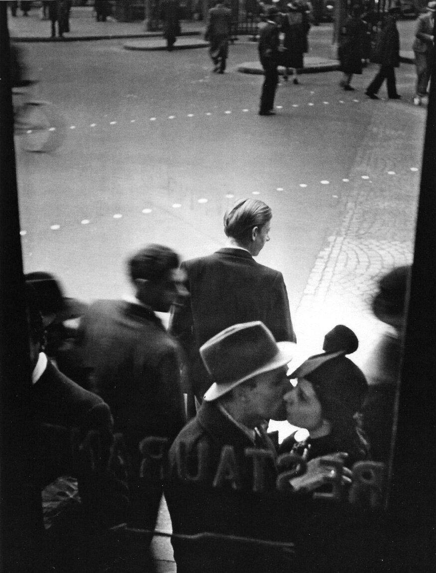 1937. Поцелуй сквозь окна