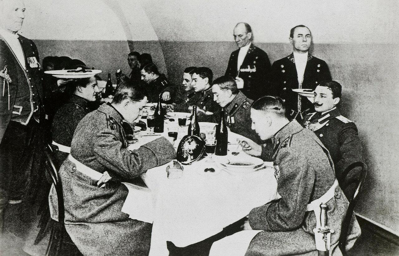 1915. Князь Константин Константинович за обеденным столом с другими офицерами