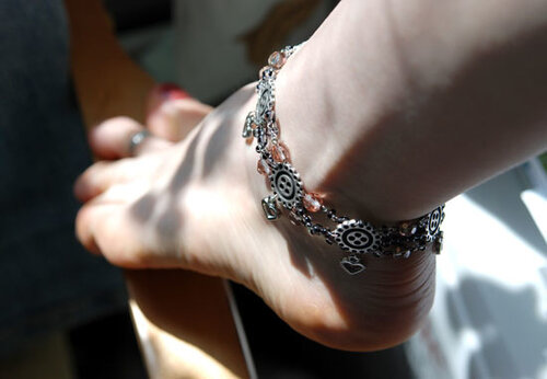 Модные обольстительницы делятся секретом, что браслет на ногу, как...  0.