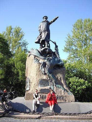 Мы у памятника адмиралу Макарову