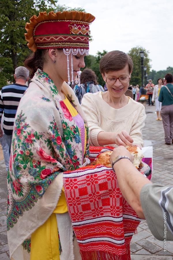 Встреча туристов теплохода «М.В.Ломоносов» в Угличе 3 июля 2010 года