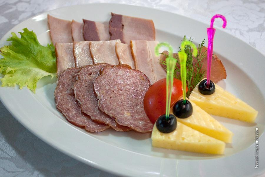 Ужин 3 июля 2010 года на теплоходе «М.В.Ломоносов». Мясная закуска