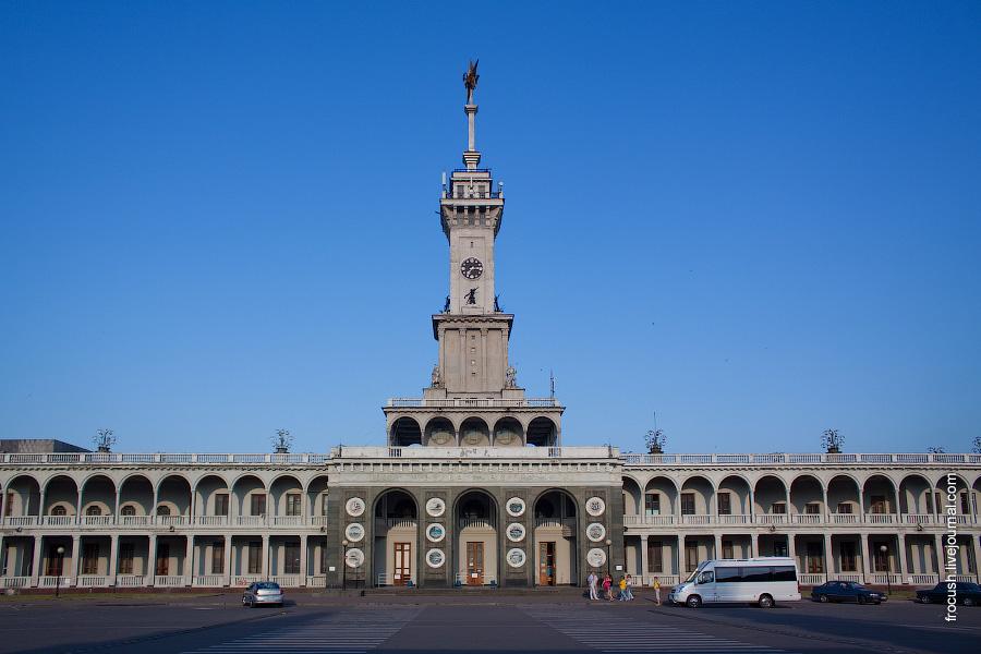 Здание Северного речного вокзала Москвы. 7 часов утра 9 июля 2010 года.