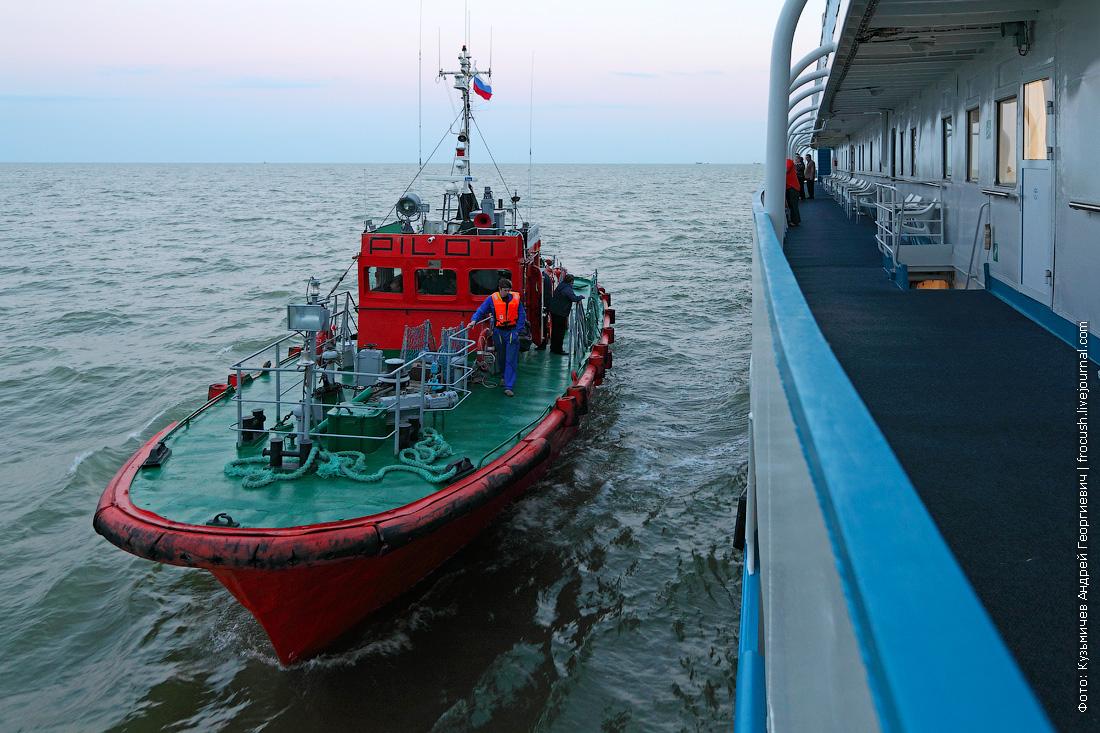 лоцман прибыл на теплоход Русь Великая перед входом в Волго-Каспийский канал