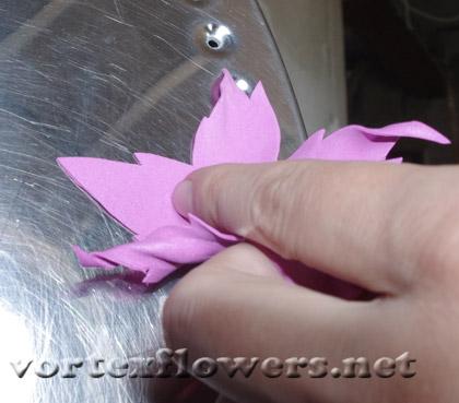 как прикрепить булавку к цветку