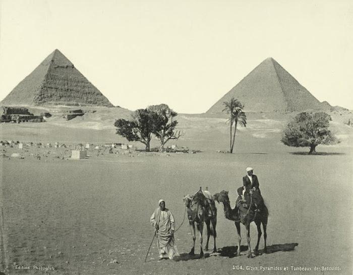 Бедуины на фоне пирамид в Гизе.