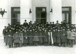 Группа депутатов Второй Государственной думы, членов Трудовой группы, у здания Таврического дворца.