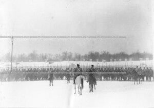 Император Николай II принимает рапорт командира полка во время смотра полка.