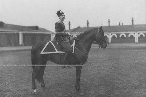 Казачий офицер на коне во дворе казарм в парадной форме.