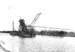 Землечерпалка на работах по углублению Ладожского канала.