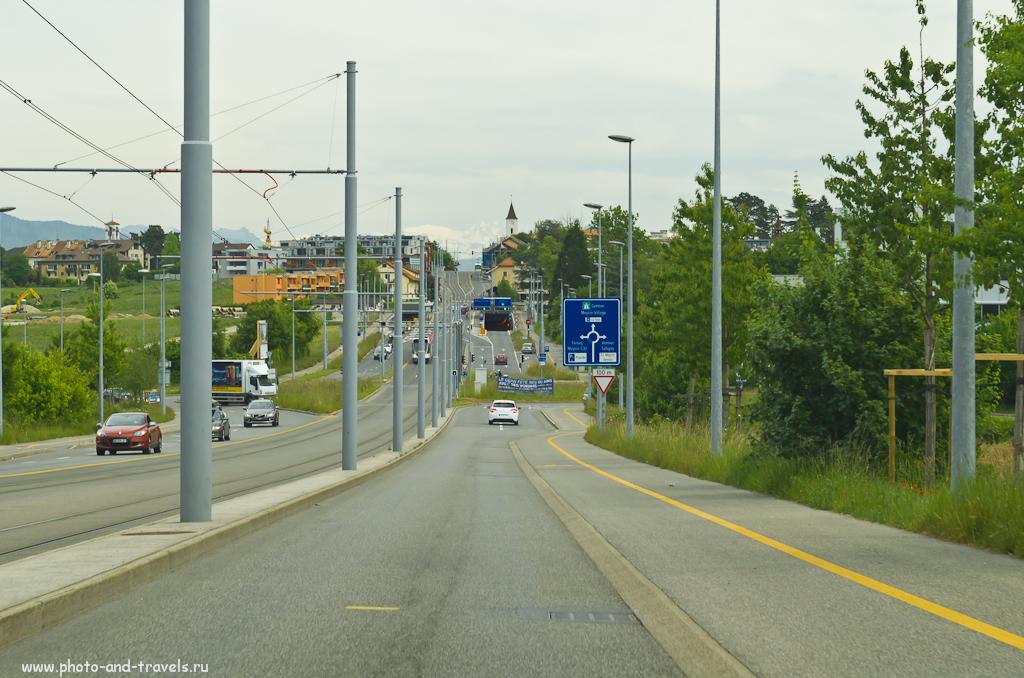 Фотография 2. Почти везде в Женеве можно увидеть на заднем плане Альпы. Данное фото снято через ветровое стекло автомобиля на ходу.