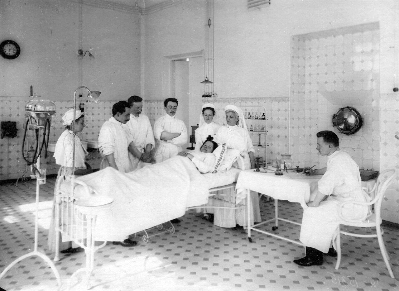 91. Слушатели и медсестры академии в одной из палат клиники