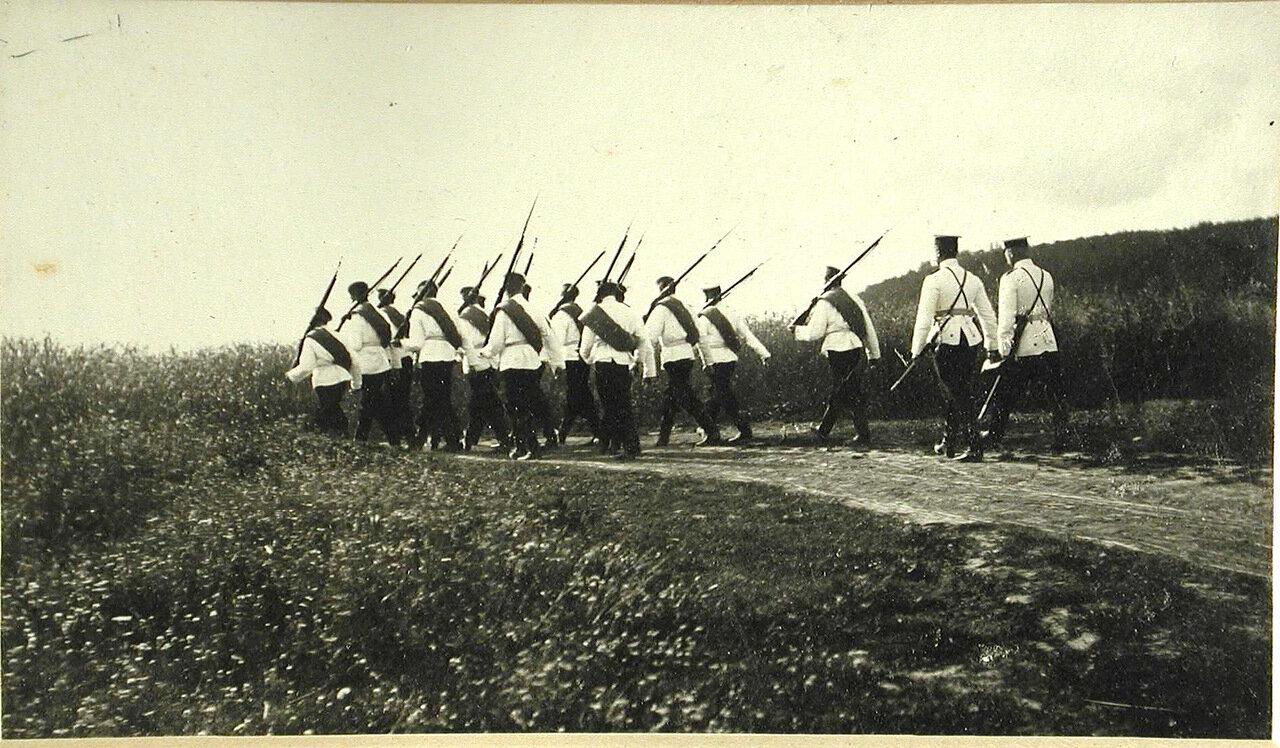 51. Группа старших воспитанников отправляется в поход