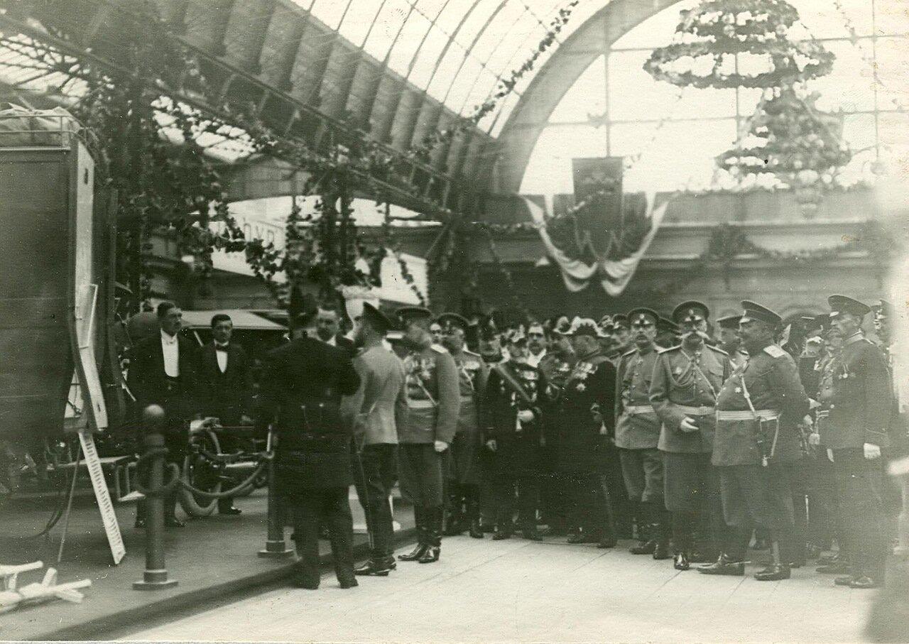 08. Император Николай II и сопровождающие его лица в выставочном зале
