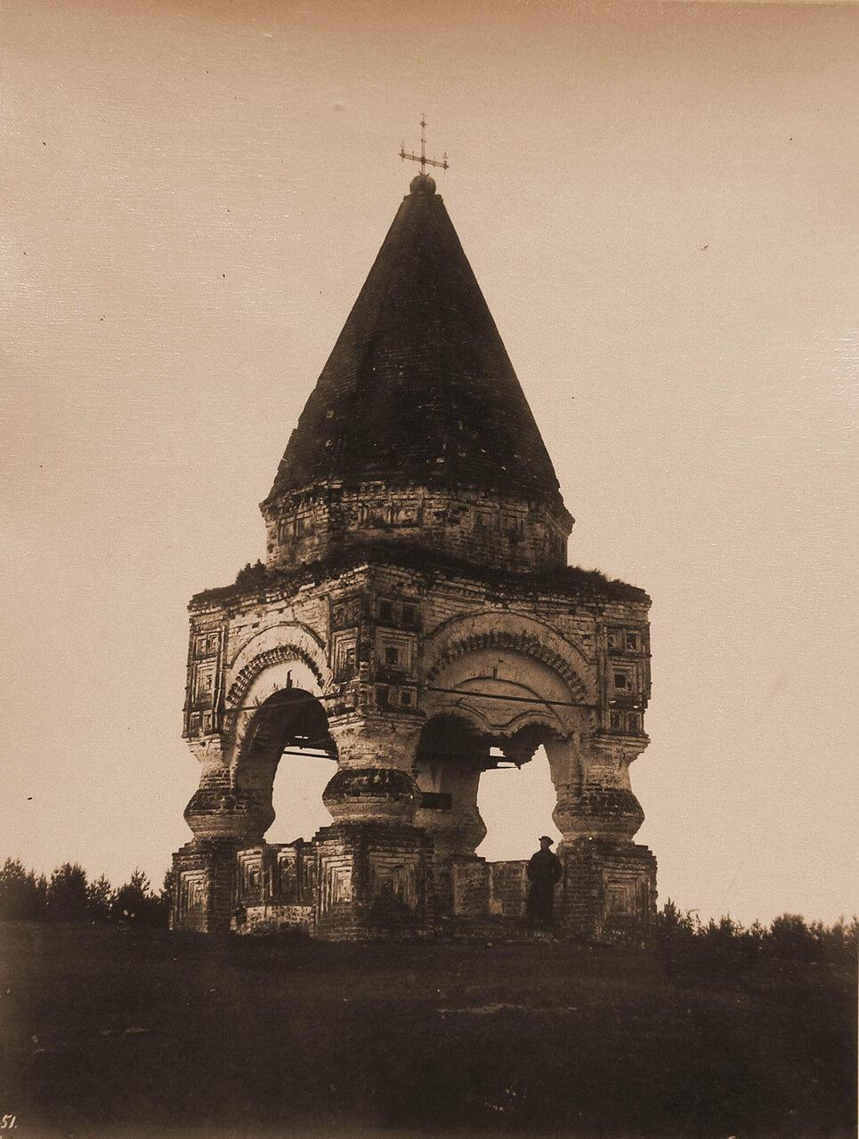 Вид на портик-часовню (сооружена, по преданию, Иваном Грозным)