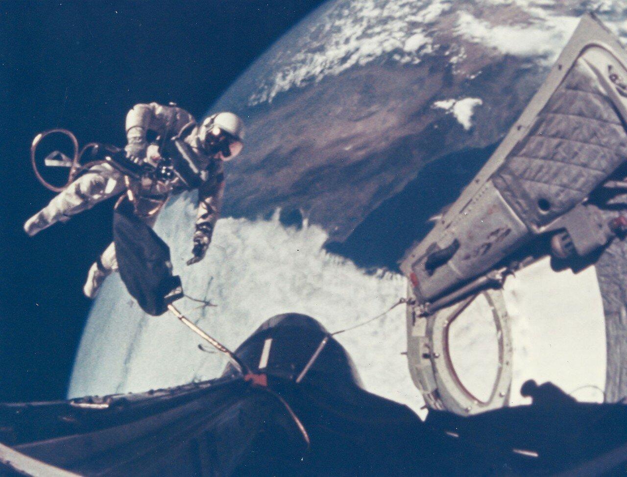 32. 1965, 3 июня. Первый выход американского астронавта в открытый космос. Ред Уайт уплывает от космического корабля «Джемини»-4