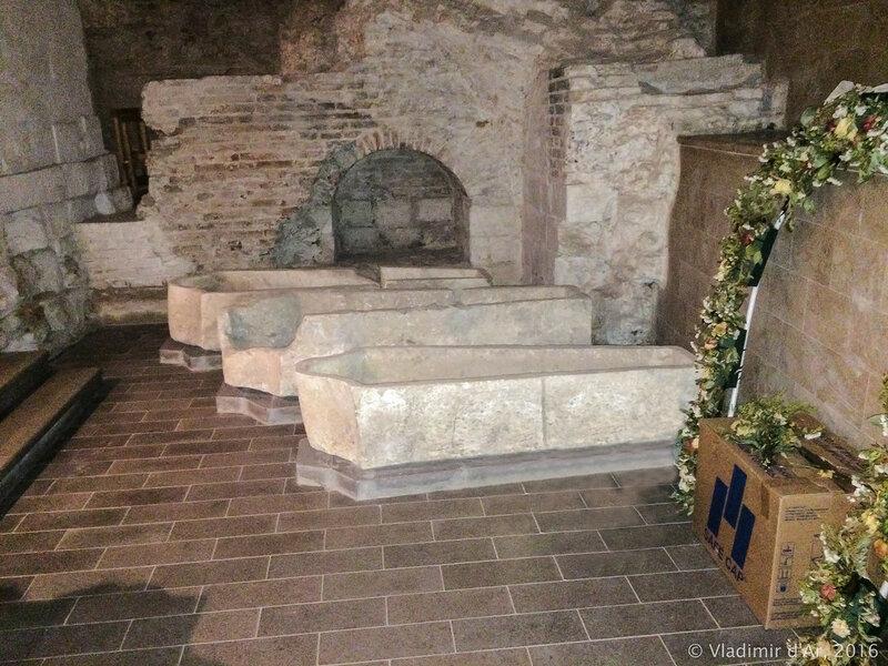 Захоронения в подклете Храма Богоявления Господня бывшего Богоявленского монастыря в Китай-городе.