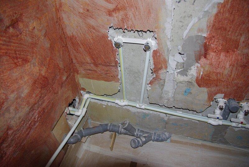 ...такие стены в ванной (разбомбленные после прокладки ПП-водопровода).