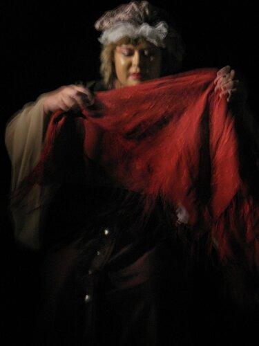 """Светлана Гудёж - трактирщица в спектакле """"Под стеклом"""""""