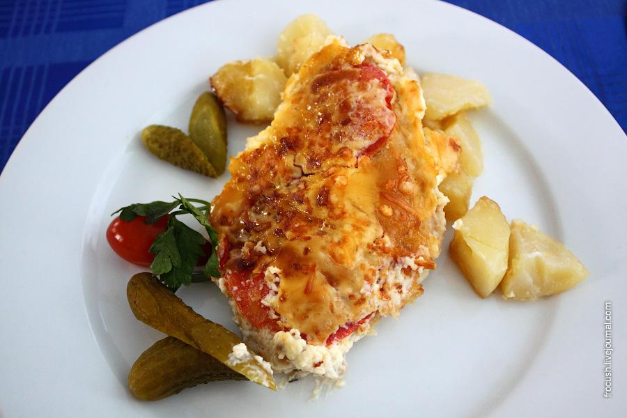 Рыба «Волжская» (запеченная с помидорами и сыром), картофель запеченный