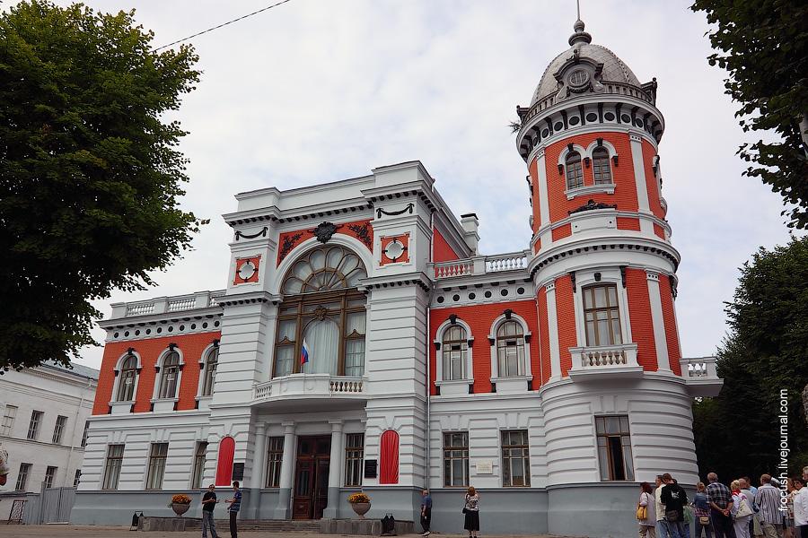 Дом-памятник И.А.Гончарову (архитектор А.Шодэ, 1916 год). Сейчас здесь краеведческий и художественный музеи.