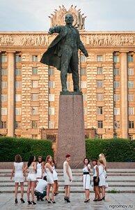 Ленин и девушки из лимузина (Ленин, памятник, Петербург, человек)