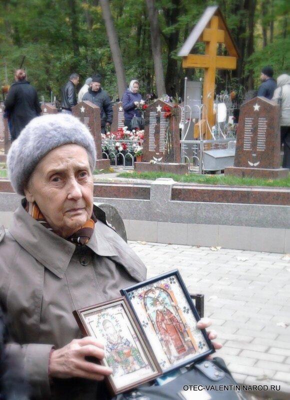 Лидия Васильевна рядом с крестом, установленным над могилой отца Валентина