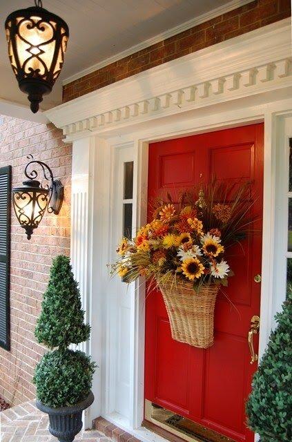 Идея декорировать дверь цветами очень оригинальна.  Ваш дом будет...