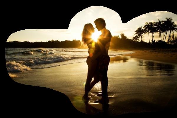 на пляже в лучах солнца