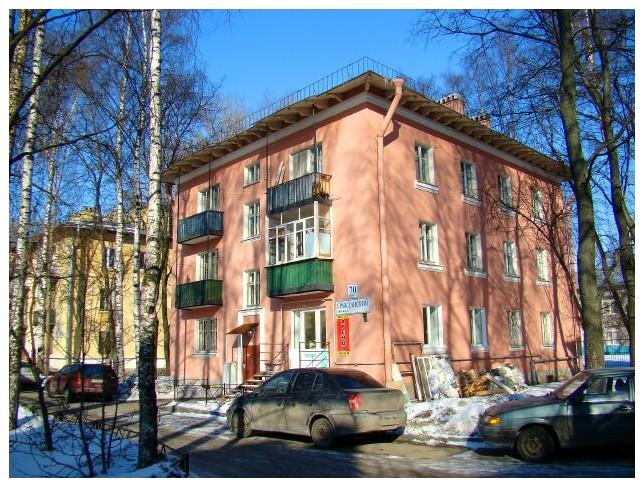 Фото 1. Трёхэтажные сталинские дома на Гражданском проспекте (в районе перекрёстка с проспектом Науки, рядом со станцией метро «Академическая»).