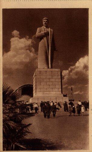 ВСХВ 1940. И.В.Сталин на площади Механизации  (скульптор С.Д.Меркуров).jpg