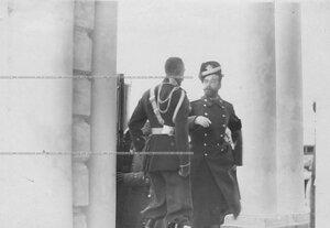 Император Николай II и командир полка генерал-майор М.Н.Граббе у казармы полка .