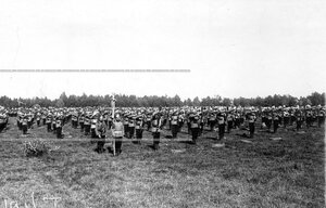 Солдаты полка во время вольных упражнений с винтовками.