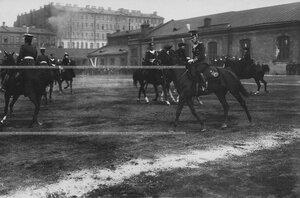 Офицеры бригады с дамамми проехжают на лошадях по плацу перед началом конных состязаний.