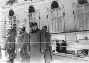 Группа офицеров на площади перед дворцом во время смотра полка.