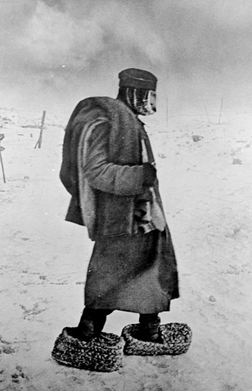 52-Пленный немецкий солдат в эрзац-валенках в поле под Сталинградом. 43.jpg