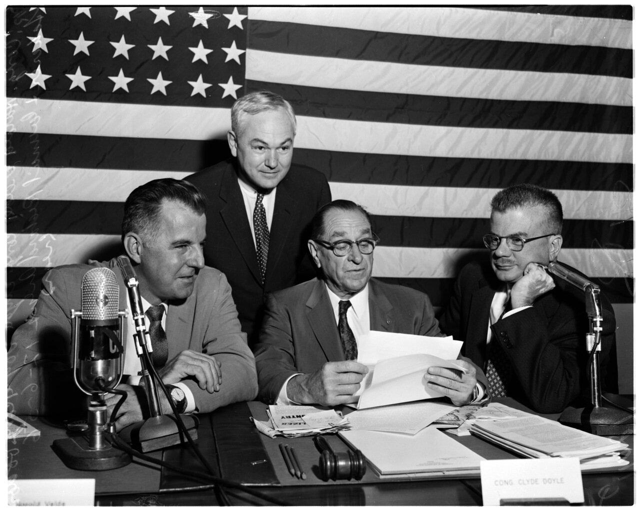 1956. 6 декабря. Комиссия по расследованию антиамериканской деятельности. Прокурор Уильям Б. Буриш, Стивен Уэреб, Харольд Вельде (конгрессмен), Ричард Аренс (советник)