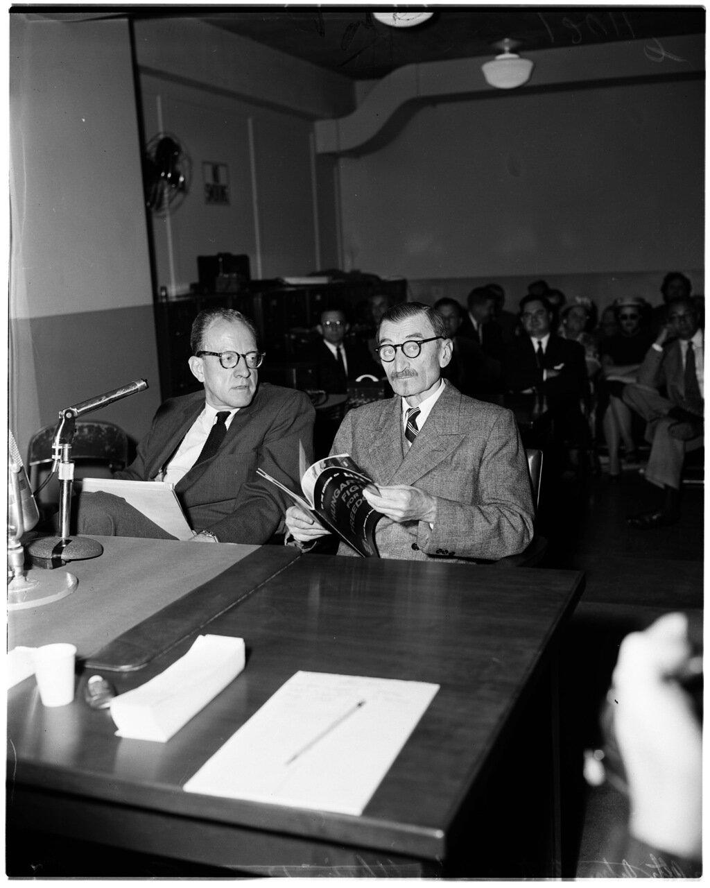 1956. 6 декабря. Комиссия по расследованию антиамериканской деятельности. Адвокат Портер и Джон Ухрин с книгой о преступлениях коммунистов при подавлении Венгерского восстания