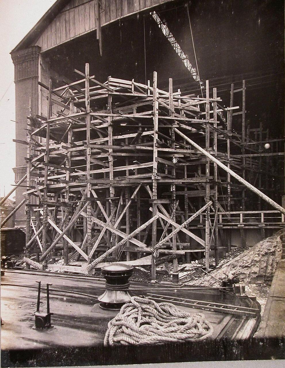 27. Леса в кормовой части строящегося линейного корабля «Полтава»; на первом плане - заведенный батопорт.  4 апреля 1911 г.