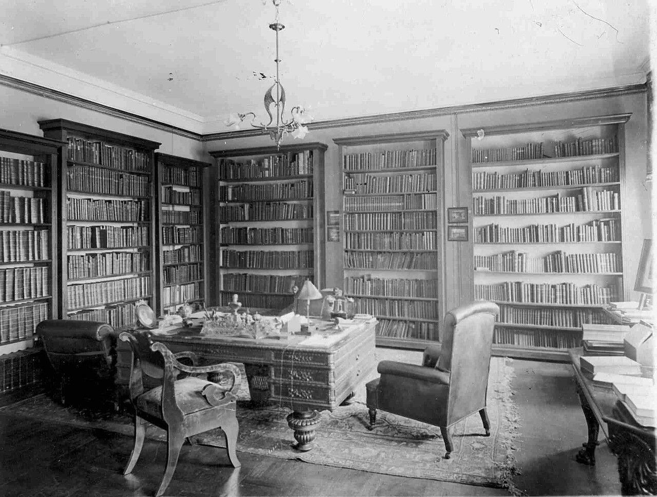 Шкафы с книгами в кабинете