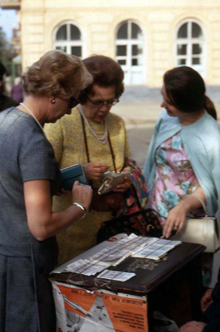 13. Ирма и Марго покупают лотерейные билеты на нашем пути к озеру Байкал