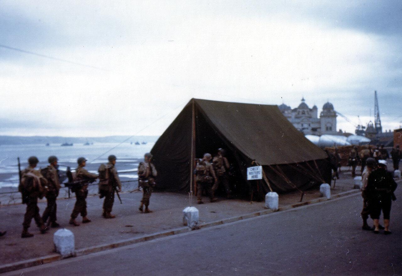 12. Великобритания. Погрузка на корабли в начале июня 1944. Операция Оверлорд. Рейнджеры последний раз перед отплытием заходят в палатку, где им выдают кофе и пончики
