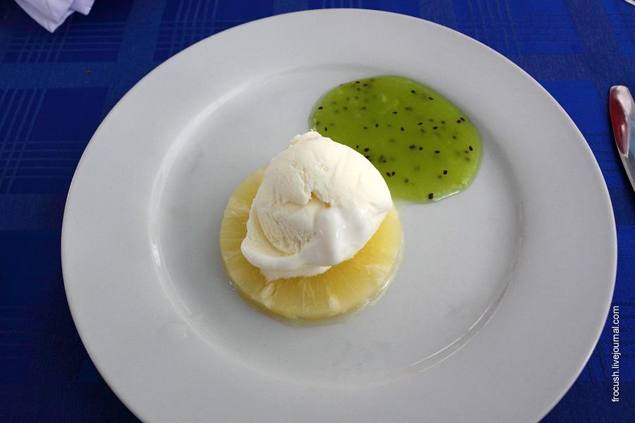 Десерт «Тропиканка» (мороженое на ананасе с соусом из киви)