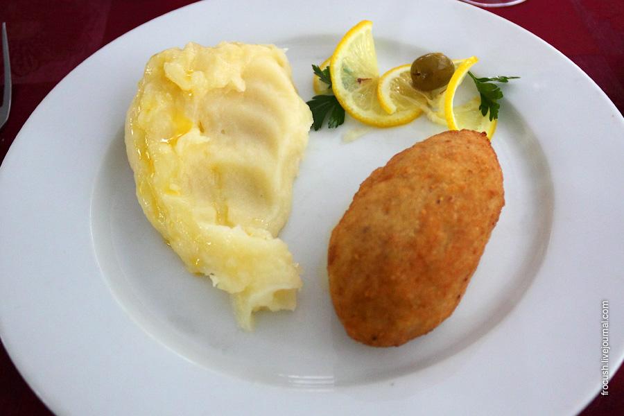 Котлета рыбная «Услада» (фаршированная сливочным маслом и зеленью), картофельное пюре.