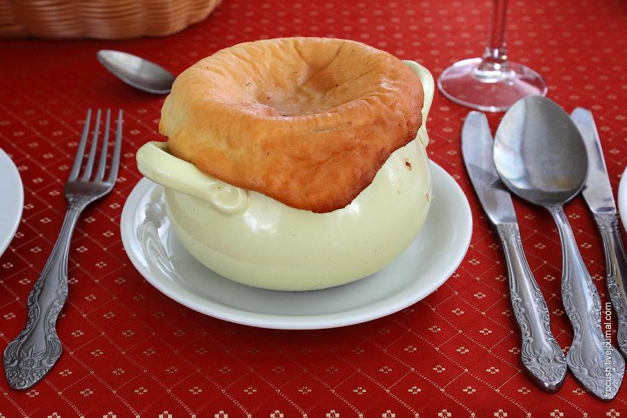 Щи «Боярские» (со свининой и грибами) со сметаной
