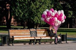 Приземленный мечтатель (воздушный шар, скамья, урна, человек)